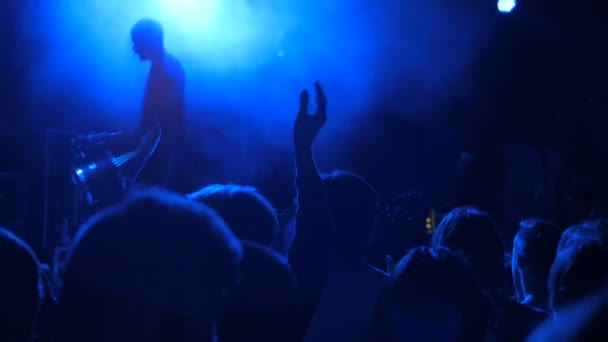 Před koncertem: siluetu osoby, tleskání