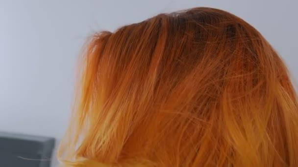 Žena stanovení oranžové vlasy kadeřnický salon