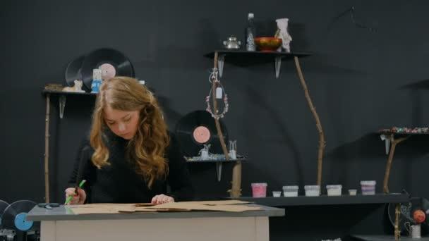 Donna professionale decoratore, designer lavorando con carta kraft
