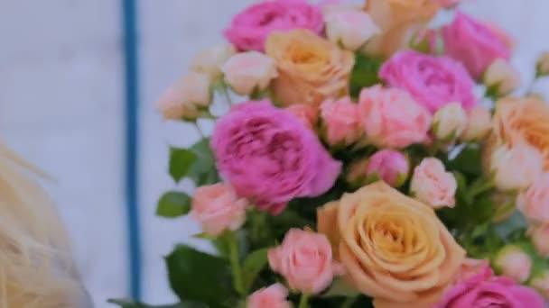 Szakmai virágárus, hogy gyönyörű csokrot virágüzlet