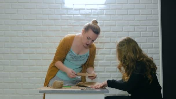 Donna professionale designer che spiegano come fare busta per assistente