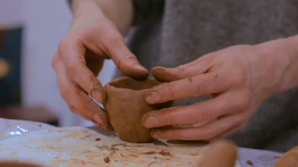 Professionellen männlichen Potter machen Becher in Keramikwerkstatt