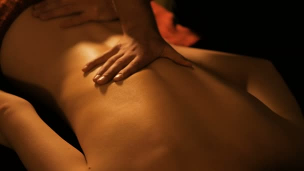 Masseur Rückenmassage für weibliche Kunden im Spa-Center zu tun
