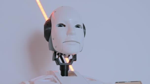Fehér humanoid robot mozgó fej technológia kiállítás
