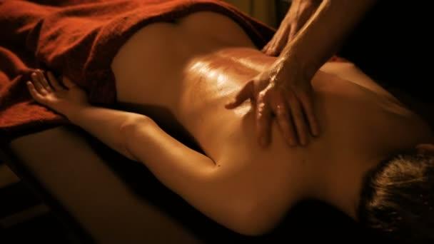 Tělesná masáž a lázeňská léčba v moderním salonu