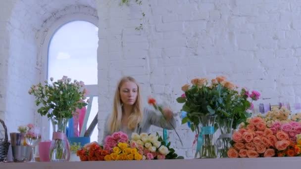 Szakmai virágárus dolgozik virágok a stúdióban