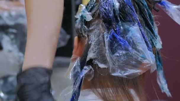3 lövés. Profi fodrász színező a haj nő ügyfél stúdió