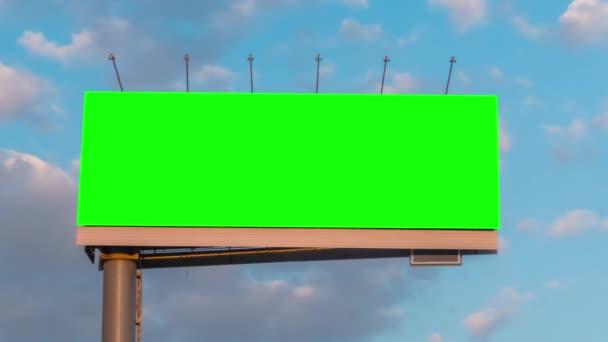 Timelapse - üres zöld hirdetőtábla és mozgó fehér felhők ellen kék ég