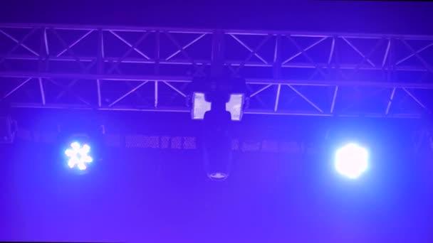 Színes fényes koncert világítás berendezések színpadon a nightclub