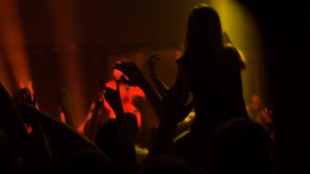 Super zpomalení: lidé dav silueta párty na koncertě před jevištěm