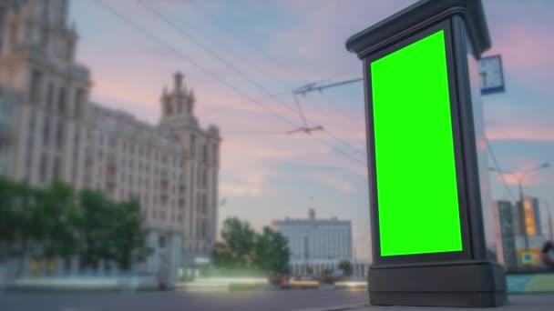 Prázdný vertikální reklama zelená billboard plakát, pilíř dostane tmavý - timelapse
