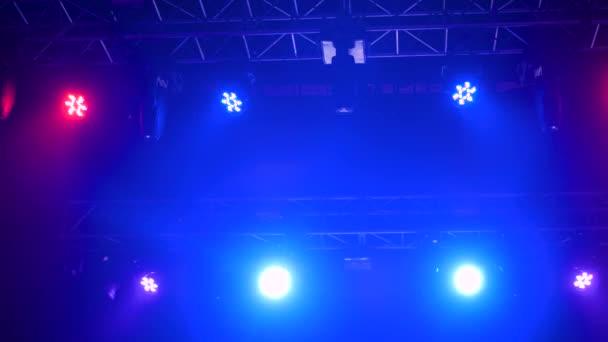 Színes fényes koncert világítás berendezések színpadon a nightclub - alacsony szögben