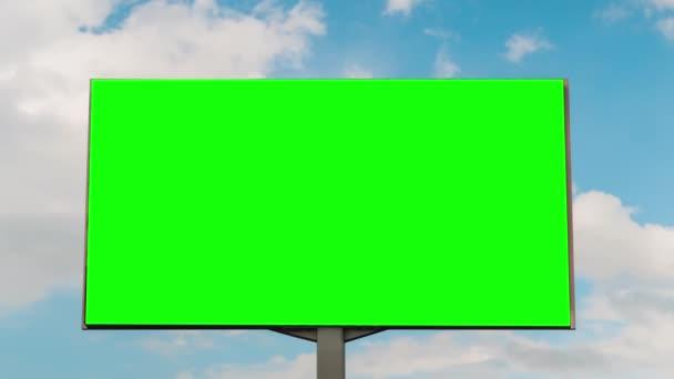 leere grüne Plakatwand und bewegliche weiße Wolken vor blauem Himmel - Zeitraffer