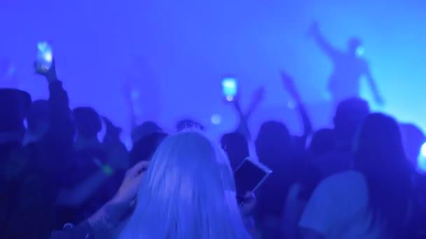 Lassú mozgás: tinédzserek buliznak rock koncerten a színpad előtt - visszapillantás