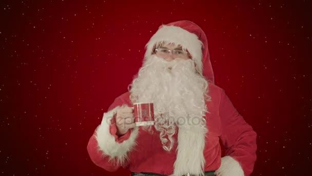 Santa nápoje z hrnečku červený na červeném pozadí se sněhem