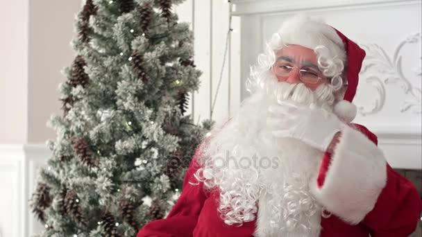 Santa Claus hladil jeho sníh bílé vousy uvažování o chidlren přání