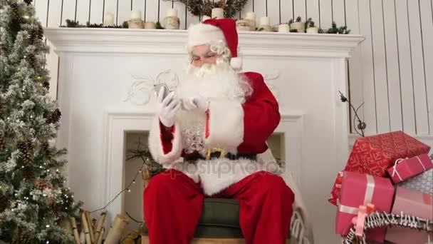 Boldog Mikulás fel a telefonját gyerekek karácsonyi e-mailek ellenőrzése