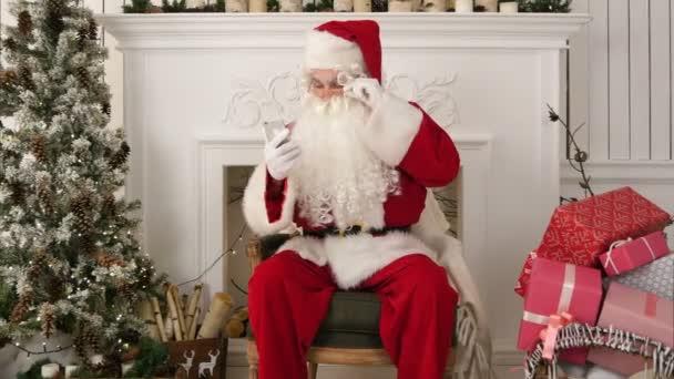 Súlyos Santa Claus ellenőrzése a karácsonyi leveleket szállított, a telefon