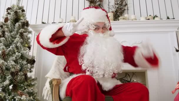 Santa Claus mutatja a győzelem jele, mindkét kezével