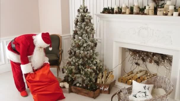 Santa přináší dárky pod vánoční stromeček