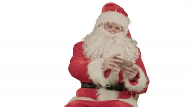 Santa vánoční dopis nebo seznamu přání na bílém pozadí
