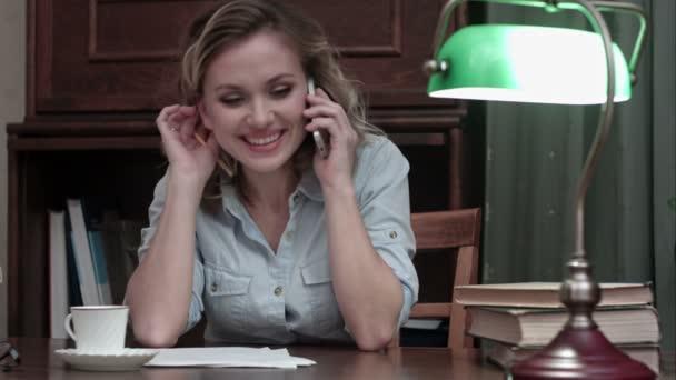Vidám és nevető nő beszél a telefonon, pihenés, munka után