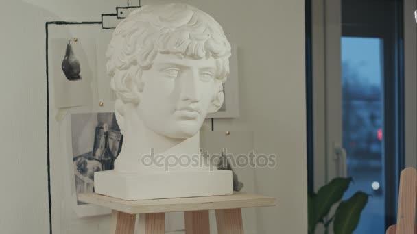 weiße Gips-Büste Skulptur Porträt eines jungen Mannes im Kunstatelier