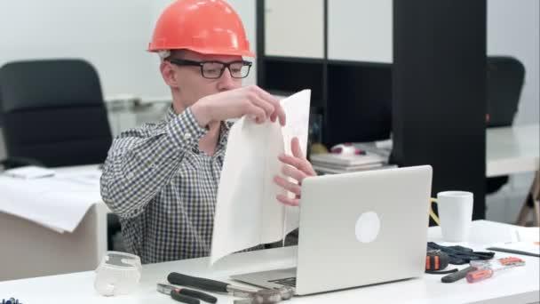 Inženýr vysvětluje technický výkres během video hovoru přes notebook