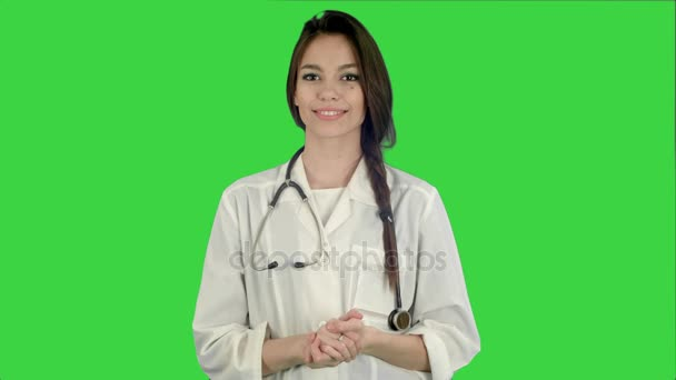 Krásné lékařka s stetoskop se usmívá na kameru na zelené obrazovce, Chroma Key