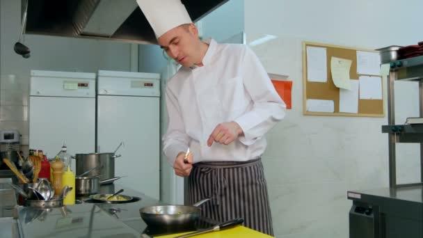 Szakács csinál flambírozott a zöldségek