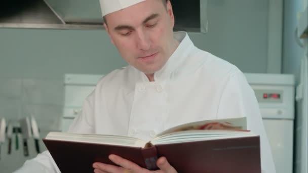 Kuchař čtení kuchařka a příprava surovin