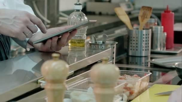 Tablet hospodářství kuchař kuchař uvedení žampiony na pánev