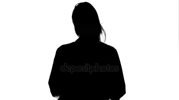 Silhouette mosolygó fiatal nő a laboratóriumi köpeny, hogy vicces tánc