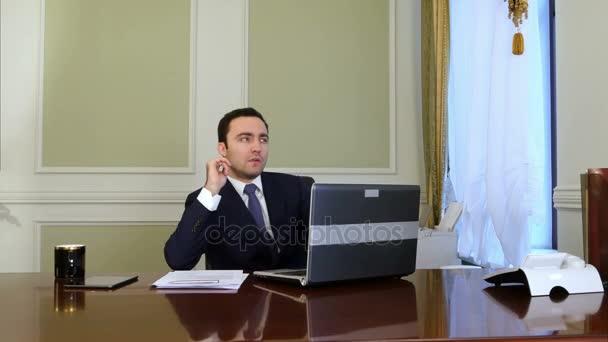 Nachdenklicher Politiker sitzt am Schreibtisch und denkt nach