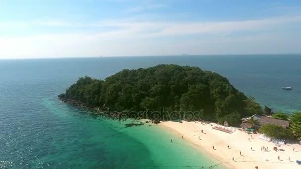 Krásný průlet divoký ostrov v Indickém oceánu, lidé plavání, jachty