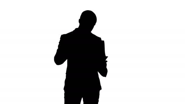 Silueta koncentrované podnikatel čtení finanční zpráva