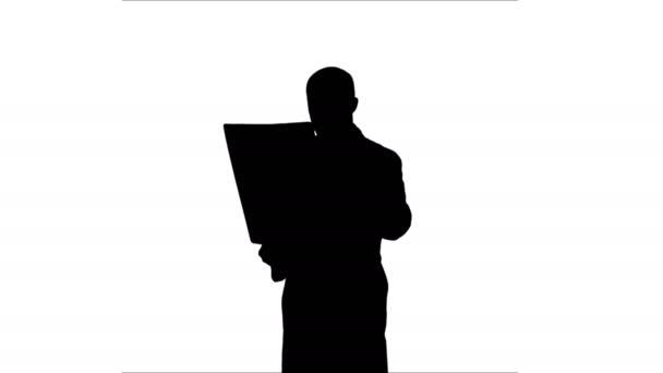 Silhouette Arzt untersucht Röntgenergebnisse