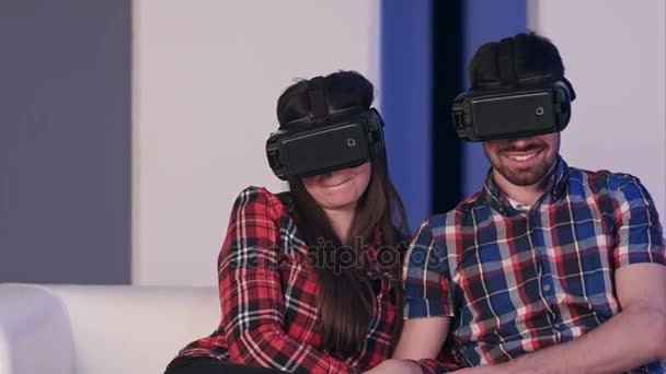 Lächelndes Paar im Virtual-Reality-Headset