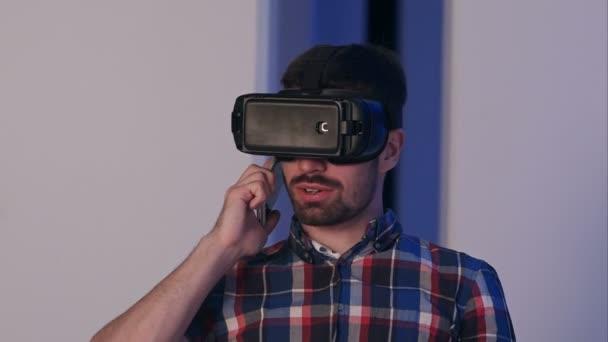 Lächelnder Mann mit Virtual-Reality-Brille beim Telefonieren