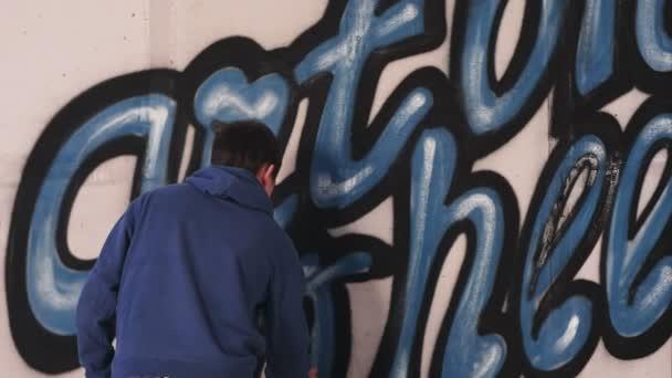 Jeune Peintre Urbain Dessin Lettres Graffiti Sur Le Mur Video