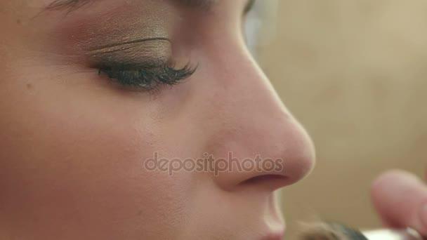 Professionelles Make-up, Auftragen von Puder auf die Haut