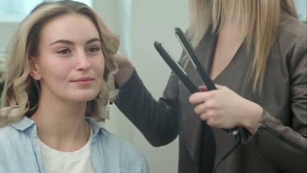 Friseur Macht Die Frisur Locken Haarstrahnen Von Lockenstab Fur Eine