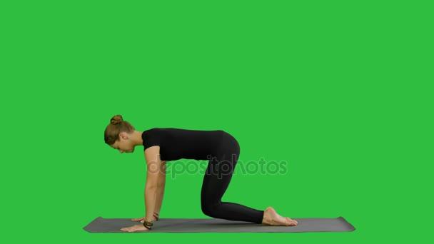 Žena, která dělá nahoru pes pozice jógy, součástí Sun oslovení na zelené obrazovce, Chroma Key