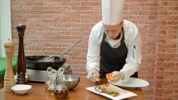 Vezető cook díszítő fresyh saláta kaviárral