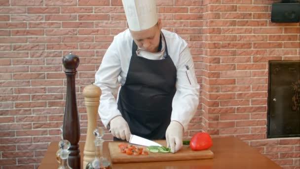 Férfi kezét, szeletelés friss zöld uborka