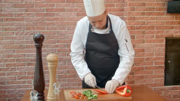 Kuchař řezání paprika salát