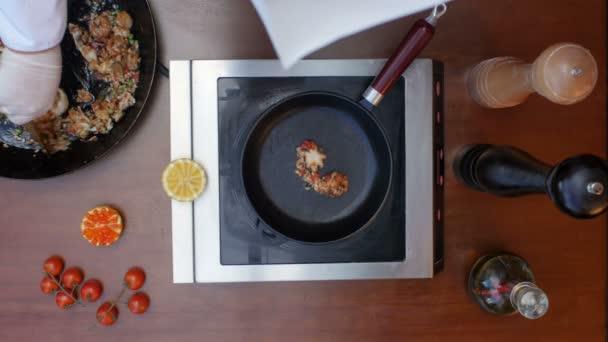 Díszítő készített paella