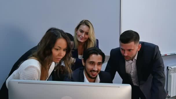 Blick auf Computer-Monitor im Büro überrascht junge Geschäftsleute