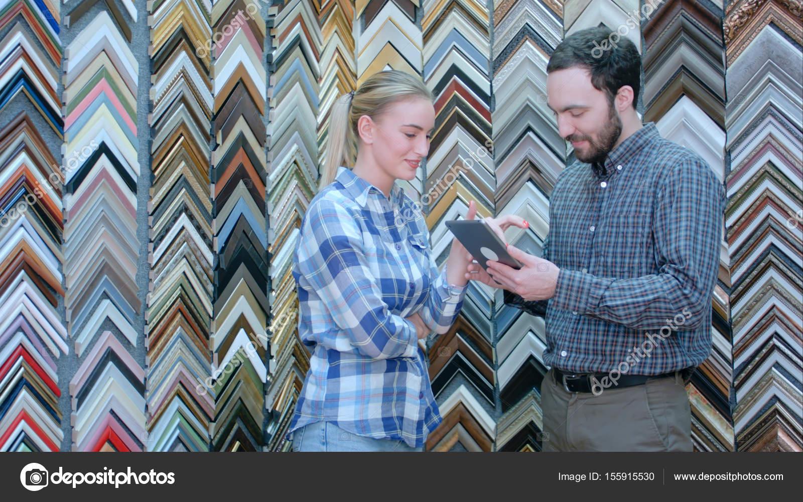 Imagen de cliente masculino que muestra al vendedor usando tabletas ...