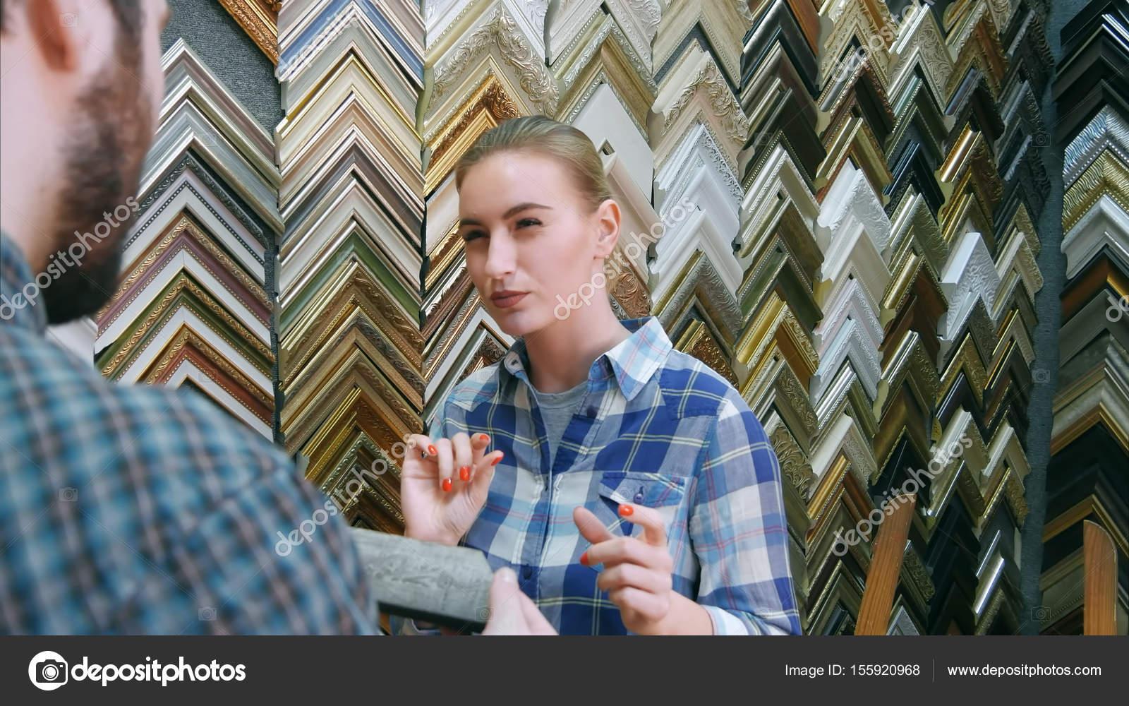 Lächelnde Frau Worker im Chat mit männlichen Kunden über ...